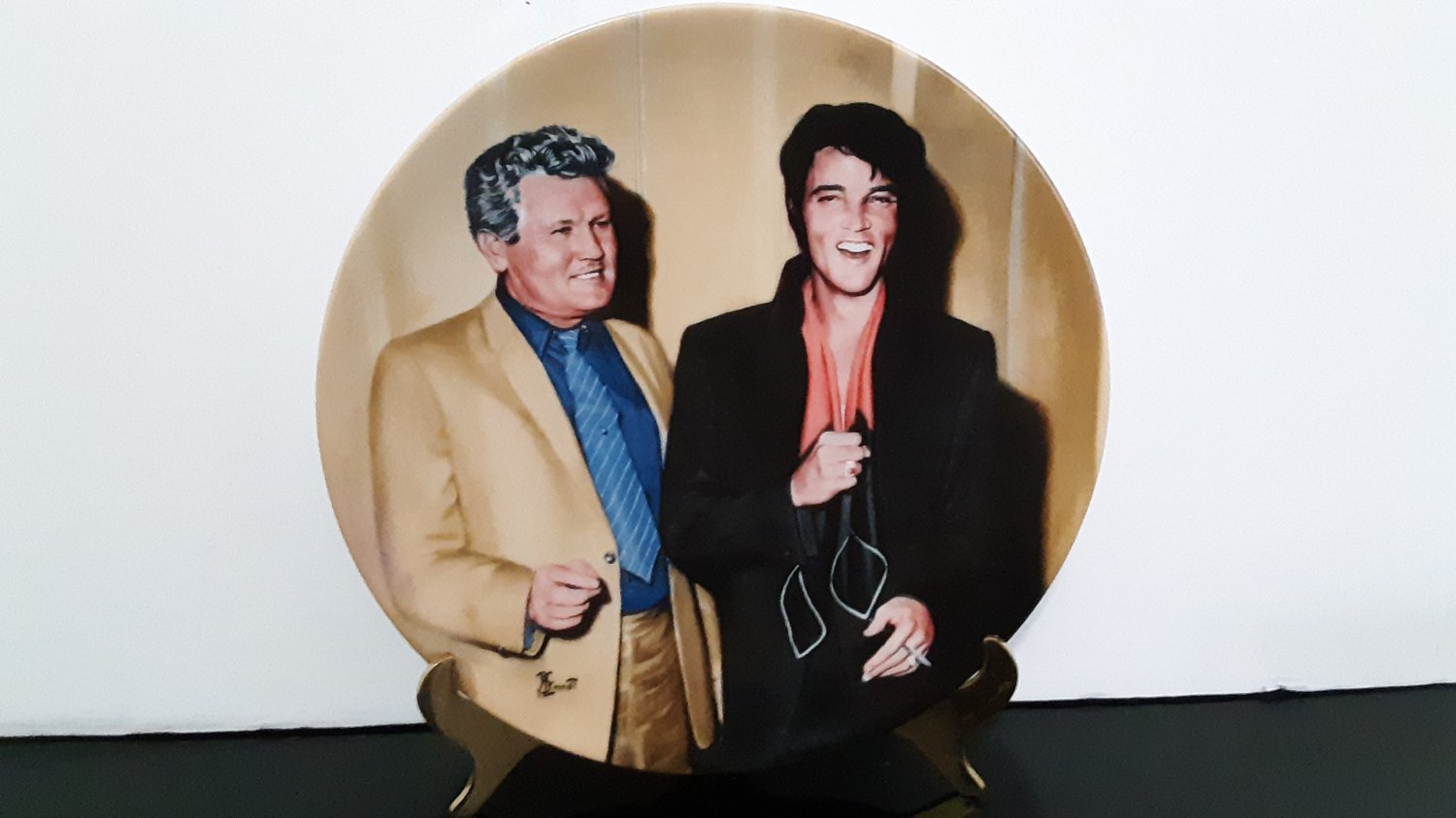 "Vintage 1992 - Elvis Presley Collectors Plate - ""Elvis Returns To The Stage""       (1590)"