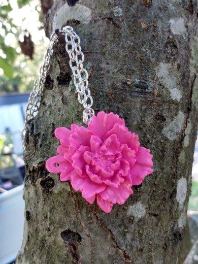 Elegant pink rose pendant necklace