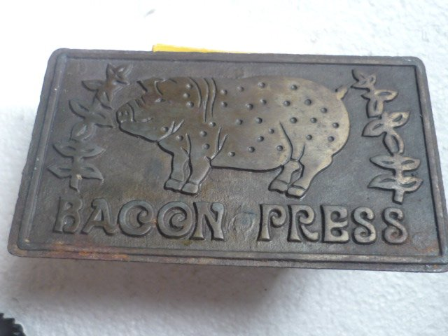 Vntg Cast Iron Bacon Press Pig Pictured on Press 7 X 4 Wood Handle - Taiwan
