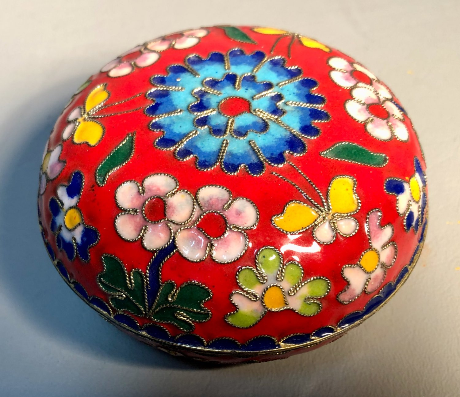 Chinese Cloisonne Enameled Round Box w/Lid Floral Motif Raised Brass Beaded Outlines