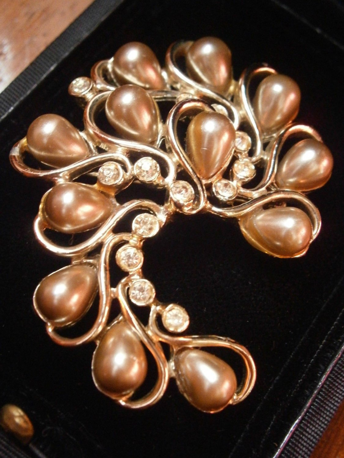 SARAH COVENTRY gold plated brooch with PEARLS and Swarovski crystals Original