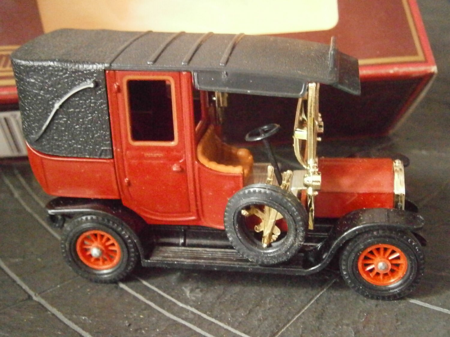MATCHBOX Models YESTERYEAR UNIC Taxi car 1907 Y-28 Original edition 1984 in gift box