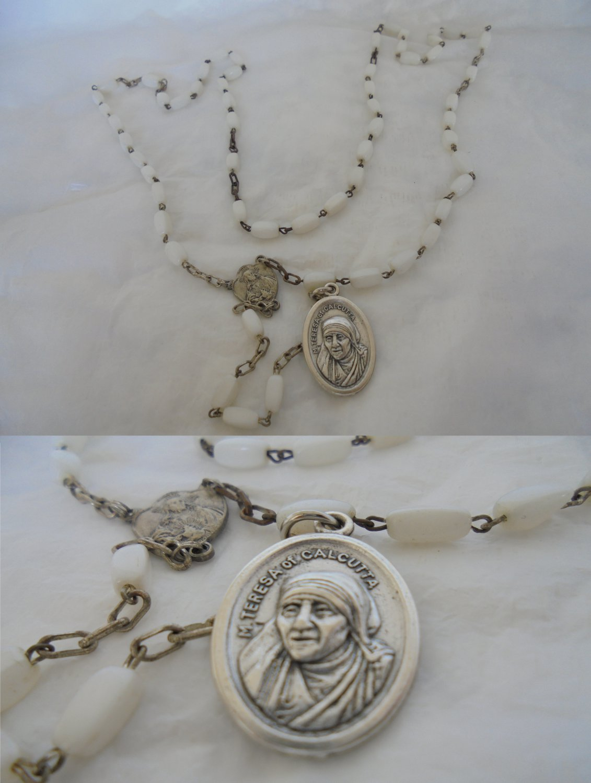 Praying rosary of Mother Teresa of Calcutta with beads in white Murano glass