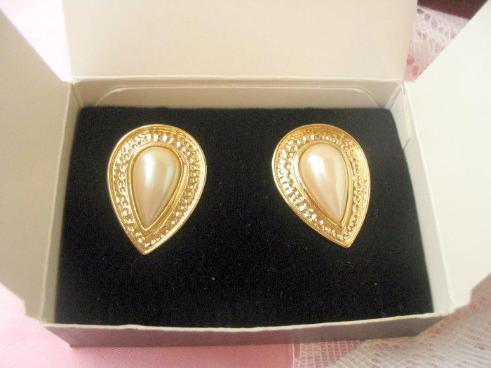 Beautiful Avon Venetian Style Earrings in Cream Clip
