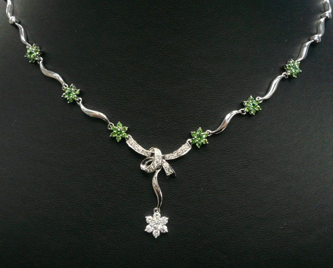 18K White Gold 0.59cts Diamond & 1.13cts Green Sapphire Necklace