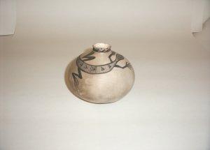 Anasazi Smoked Pottery - Lizard vase gray/white 60-0028