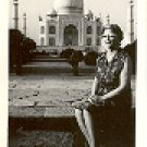 LADY SITTING IN FRONT OF THE TAJ MAHAL - AGRA (INDIA) BLACK AND WHITE PICTURE POSTCARD #304 UNUSED