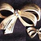 Avon pin gold tone bow rhinestones center vintage jewelry