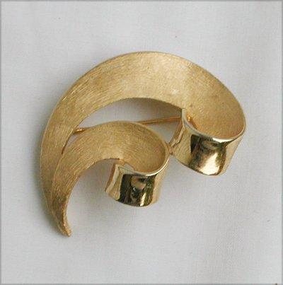 Trifari gold tone burnished metal pin double swirl marked jewelry