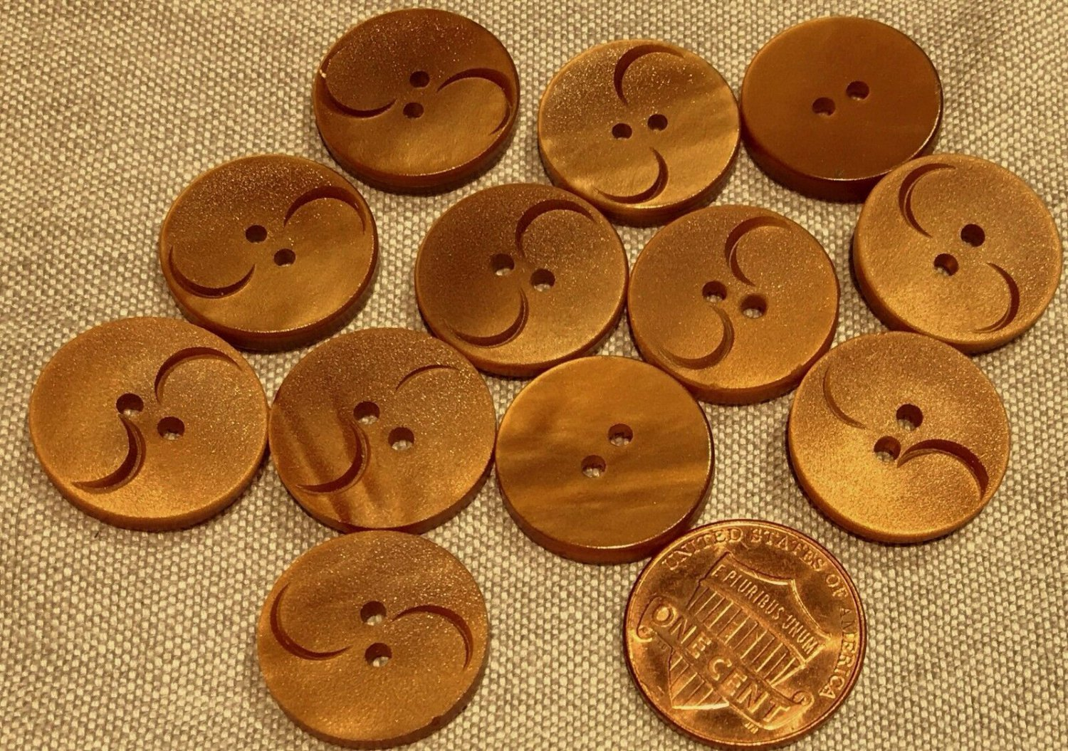 """Lot of 12 Golden Brown Carved Look Plastic Sew-through Buttons 17mm 11/16"""" 8096"""