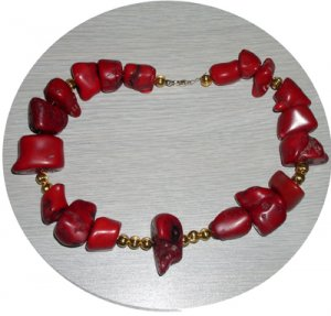 RED CHUNK CORAL & GOLD BEAD NECKLACE CCN24536