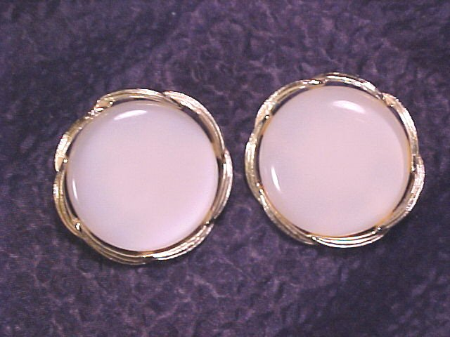Lisner Cream Thermoset Vintage Clip Earrings
