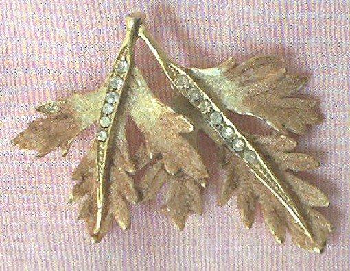 VINTAGE GOLD TONE METAL LEAF PIN BROOCH ~RHINESTONE LEAF VEINS