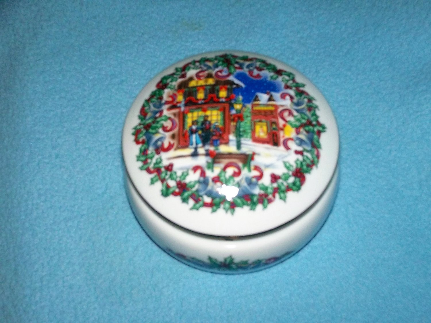 Heritage house 1992 silver bells porcelain music box for 1992 house music