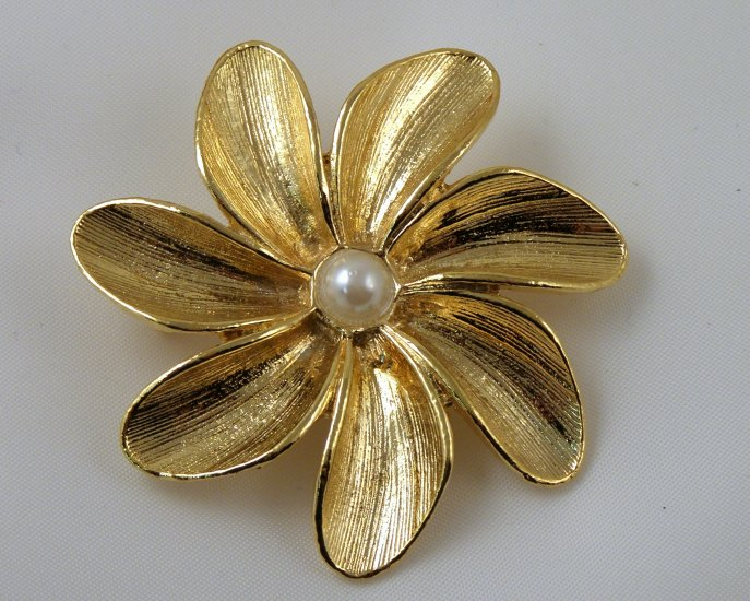 VINTAGE PIN BROOCH Gerry's Signed Brushed Golden Texture Flower Imitation Pearl