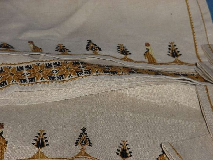 4 Dinner Napkins 2 place mats one table runner earth tones No. 111