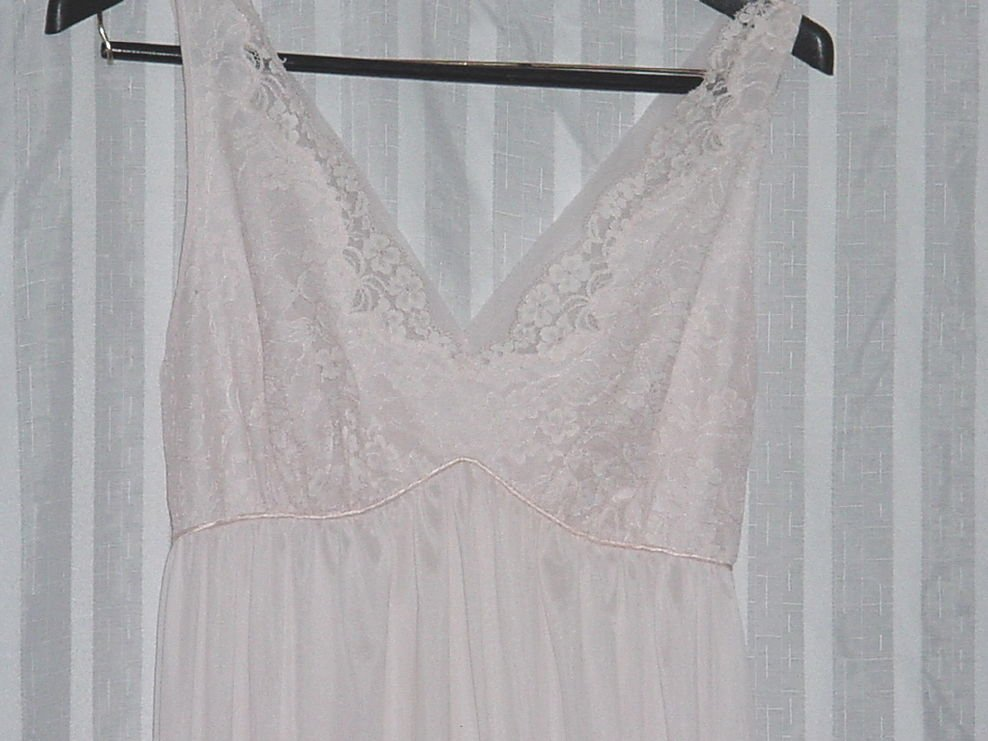 Vintage night gown Pink Vanity Fair lace bodice Bust 36 No 106a