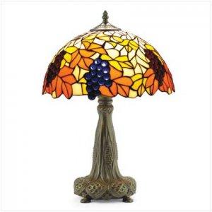 TIFFANY-INSPIRED LAMP