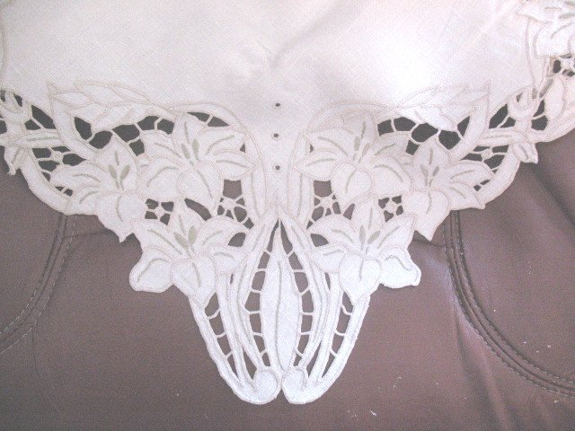4 Matching Napkins and Small Tablecloth Embroidered Cutwork
