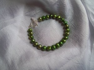 Green freshwater pearl bracelet with toggle clasp