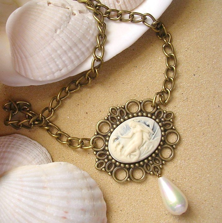 Cameo Necklace With Teardrop Pearl