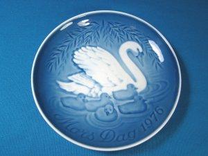 1976 Mother's Day B&G Bing and Grondahl Mors Dag 8th plate Copenhagen Denmark blue white swan