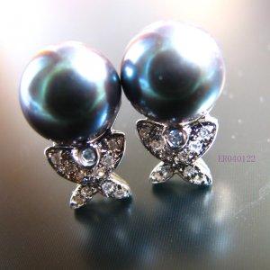 Black stud pearl earrings