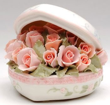 �MUSIC BOX Porcelain PINK ROSE Heart Bouquet LOVE STORY