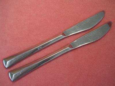 REED & BARTON CREST 2 KNIVES REBACRAFT STAINLESS FLATWARE SILVERWARE