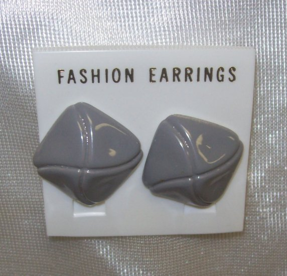 Fashion Costume Jewelry, a pair of   grey facet shaped earrings