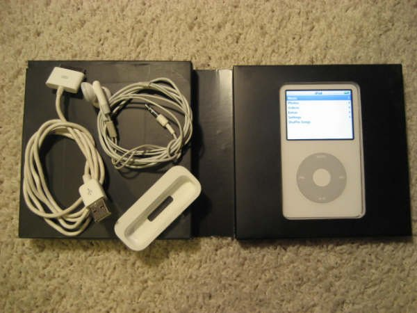Apple Ipod Video 30GB White MP3 5th Gen MA002LL/A