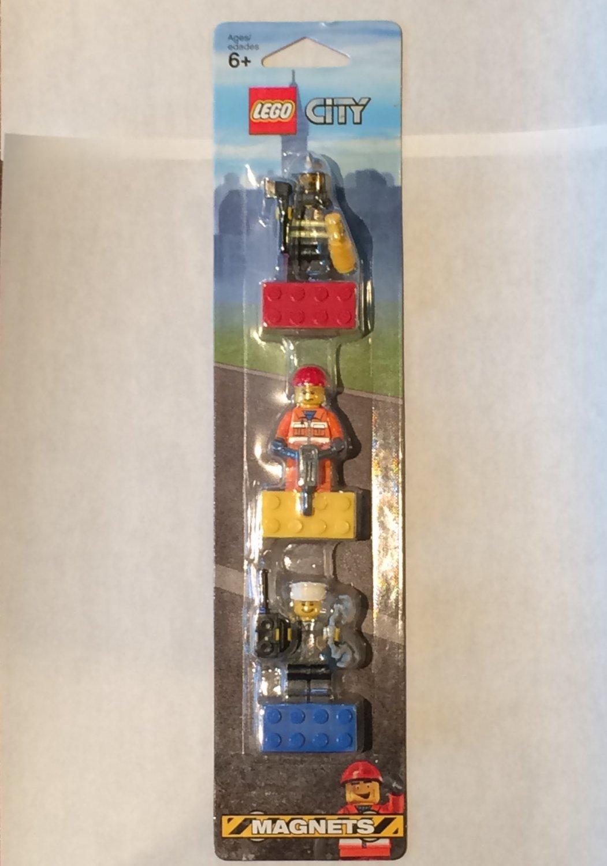 Lego City Hero Minifigure Magnet set 852513 (2009) New in Blister Pack!