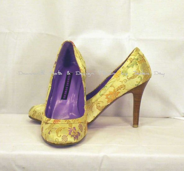 SUZANNE SOMERS GOLD ASIAN EMBROIDER PRINT ROUND TOE PUMP 10M