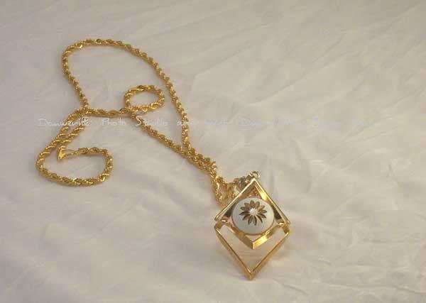 "3D Diamond Shaped Flower Pendant 16"""