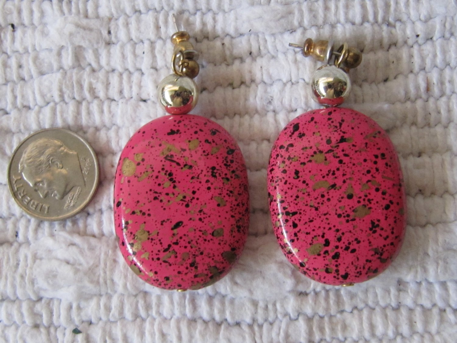 Vintage Hot Pink Black Gold Spatter Paint Oval Shaped Pierced Earrings 1.25 Inch