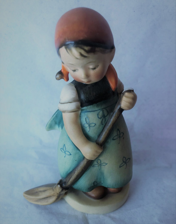 "HUMMEL Figurine Little Sweeper #171 Full Bee TMK2 Germany Girl Broom 1950-56 4.75"" DAMAGED"