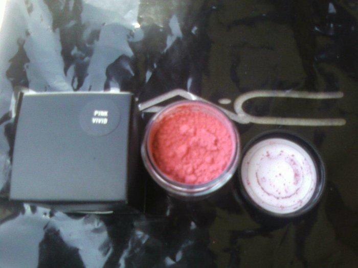 mac pro pigment VIVID PINK.... matte sample sz beautiful