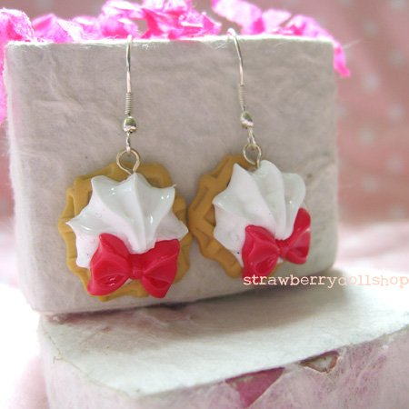 Cream waffle earrings [brown waffle, red ribbon]