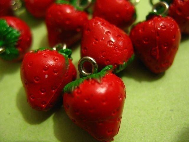 12pcs Vintage Plastic Strawberry Charms