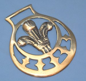 VINTAGE ENGLISH 'PRINCE of WALES FEATHERS' HORSE BRASS #1p