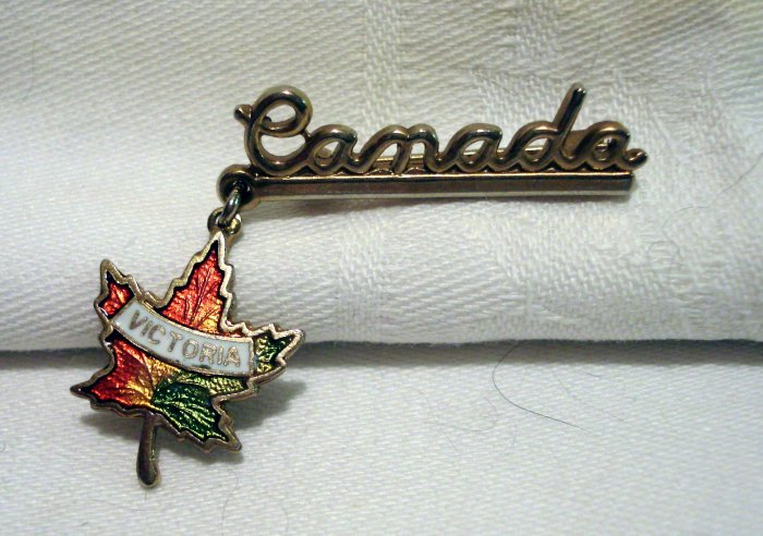 Victoria Maple leaf on Canada souvenir pin cloisonne vintage 1231vf
