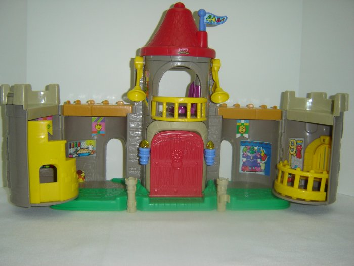 2003 Fisher Price Little People Lil Kingdom Castle With Lights and Sounds Newer FP LP