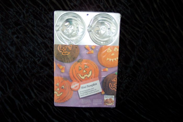 MINI -- Pumpkin Cake Pan -- by Wilton -- 2105-1499 -- 1989 *