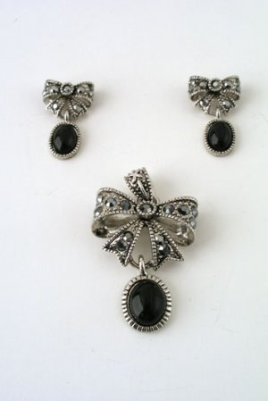 Small antiqued silvertone pendant with jet accent NK/ER Set