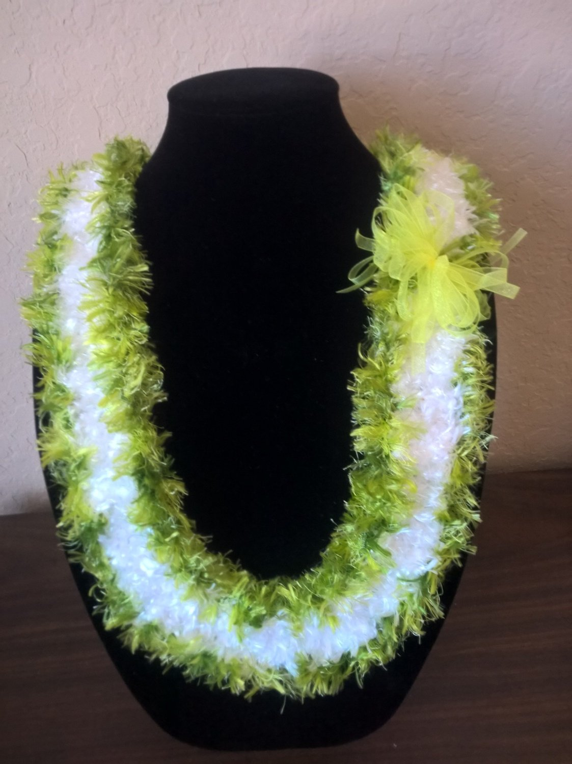 Hawaiian lei Christina flat orchid crochet w/ white eyelash center and contrasting green edges
