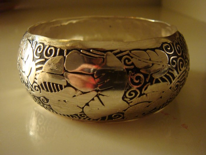 new Embossed Lacquered Bangle silver/black