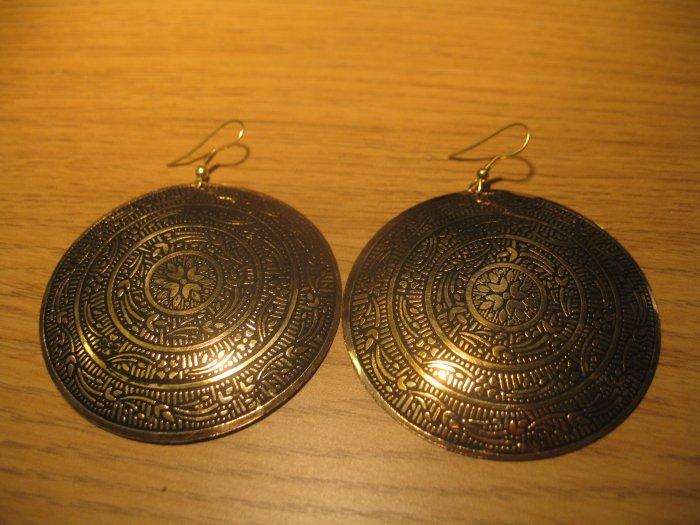 Floral engraving earrings
