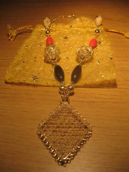 Gold wire 'diamond' and ceramic beads necklace (£8.00)