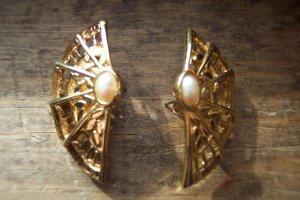 VINTAGE Faux Pearl Cab Fan PIERCED Goldtone EARRINGS Costume Jewelry