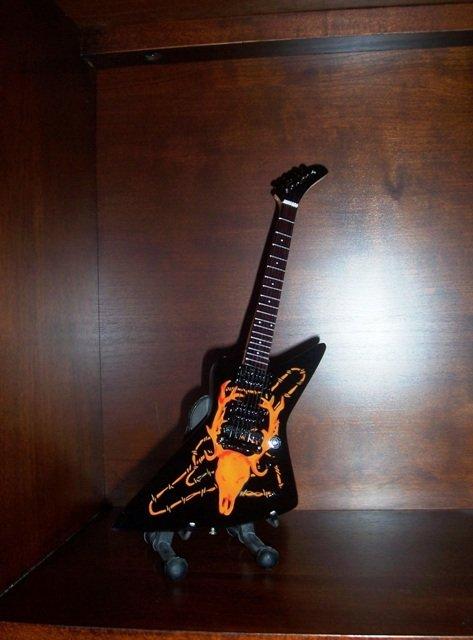 Collectible METALLICA JAMES HETFIELD Mini Guitar ELK SKULL Gift
